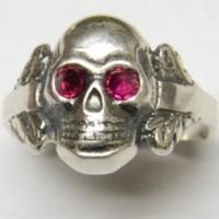 Серебряный череп с красными глазами.